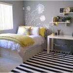 Desain Kamar Tidur Sempit Minimalis Sederhana Terbaru Warna Kuning Garis Garis Putih
