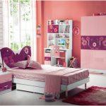 dekorasi desain kamar tidur kecil minimalis sederhana sempit modern warna pink perempuan terbaru