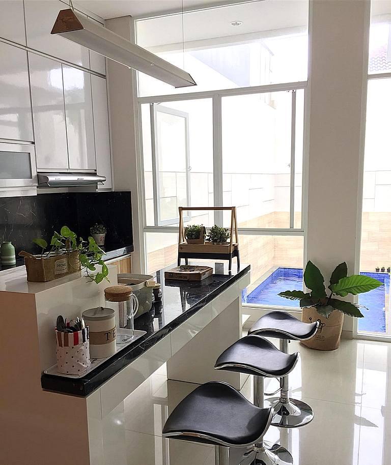 desain dapur minimalis moden menyatu dengan ruang makan