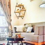 Desain Ruang Tamu Ruang Tamu Sederhana Dengan Sofa Dan Hiasan Rak Dinding