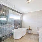 Desain Kamar Mandi Hotel Mewah Dengan Keramik Dinding Kamar Mandi Yang Unik Berbentik Hexagonal
