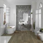Kamar Mandi Hotel Minimalis Dengan Lantai Bermotif Kayu Dan Keramik Dinding Bermotif Terbaru