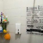 Dekorasi Dinding Kamar Mandi Sederhana Menjadi Semakin Keren Dengan Tulisan Bathroom Rules