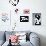 Dekorasi Dinding Ruang Tamu Dengan Hiasan Dinding Dari Selotip Dikombinasikan Dengan Bingkai Foto Dan Lukisan