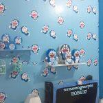 Dekorasi Dinding Ruang Tamu Dengan Wallpaper Dinding Motif Doraemon