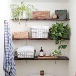 Dekorasi Kamar Mandi Sederhana Dengan Rak Dinding Kamar Mandi