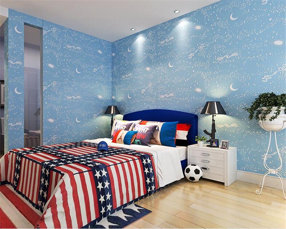 dekorasi kamar tidur anak laki dengan wallpaper dinding motif luar angkasa bulan bintang