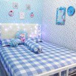 Dekorasi Kamar Tidur Minimalis Untuk Perempuan Dengan Hiasan Dinding Kamar Yang Kreatif Disertai Bantal Knoct Pillow Lucu Dan Motif Speri Tempat Tidur Yang Keren