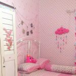 Dekorasi Kamar Tidur Perempuan Dengan Wallpaper Dinding Kamar Tidur Warna Pink Dan Bantal Awan Yang Lucu