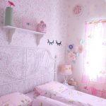 Dekorasi Kamar Tidur Shabby Chic Dengan Wallpaper Dinding Motif Bunga Yang Cantik Warna Pink