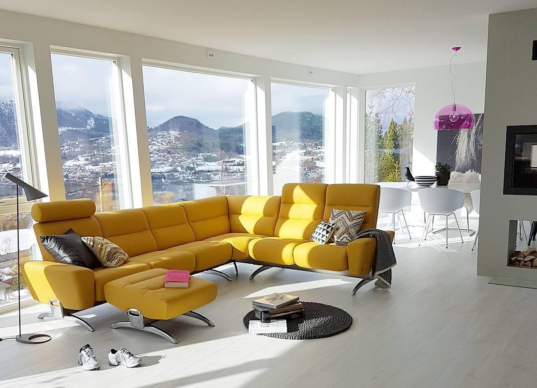 Desain Ruang Tamu Dengan Sofa Kuning Modern