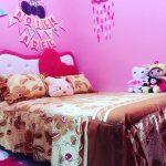 Hiasan Dinding Kamar Tidur Anak Perempuan Minimalis Dengan Bantal Awan Hujan Dan Hello Kitty