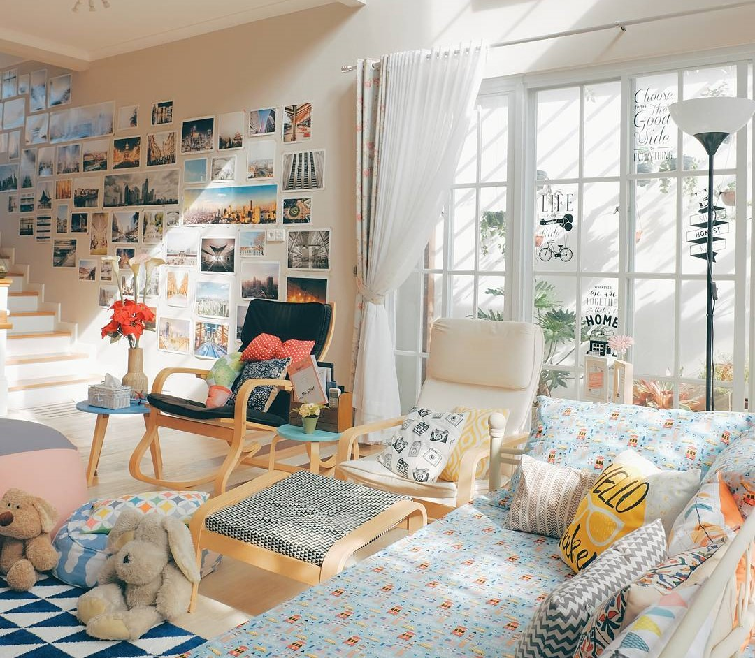 Interior Ruang Keluarga Dengan Dekorasi Dinding Ruang Tamu Yang Keren Abis