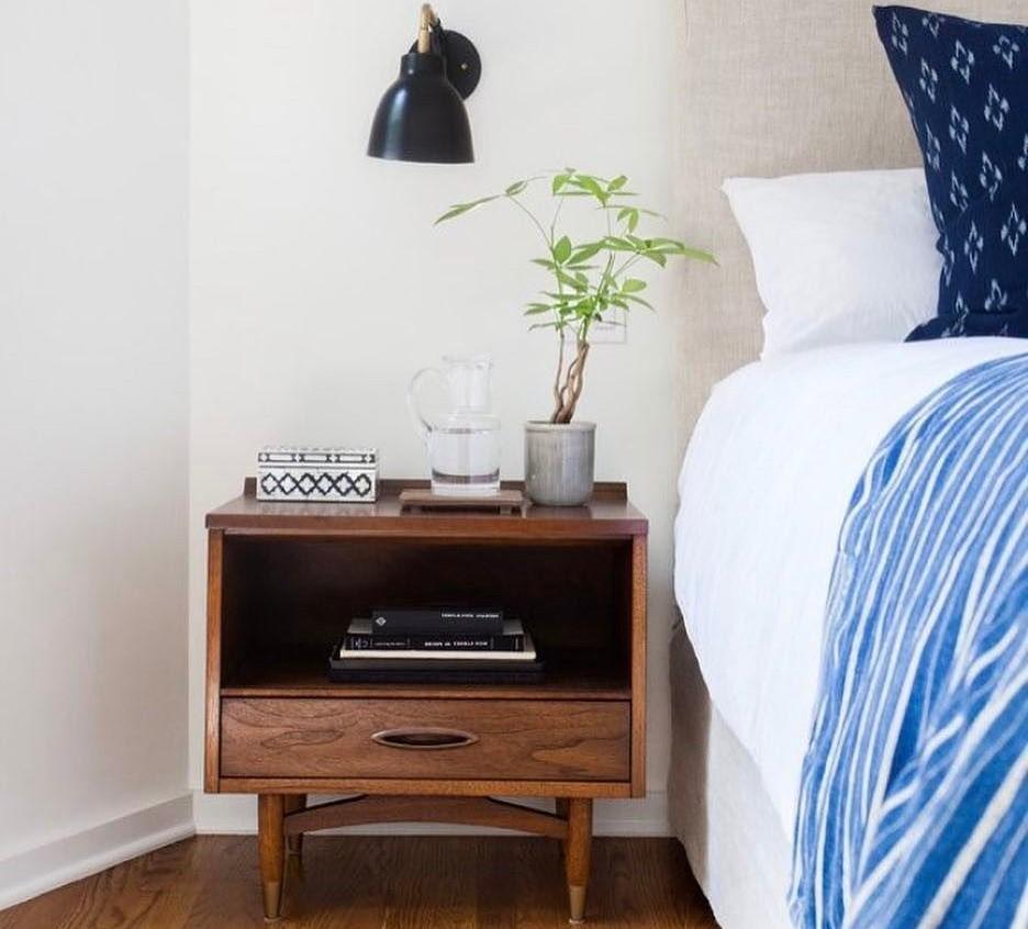35 model meja samping tempat tidur minimalis modern for Dekor kamar hotel ulang tahun