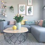 Meja Unik Untuk Dekorasi Ruang Tamu Disertai Hiasan Dinding Dan Sofa Modern