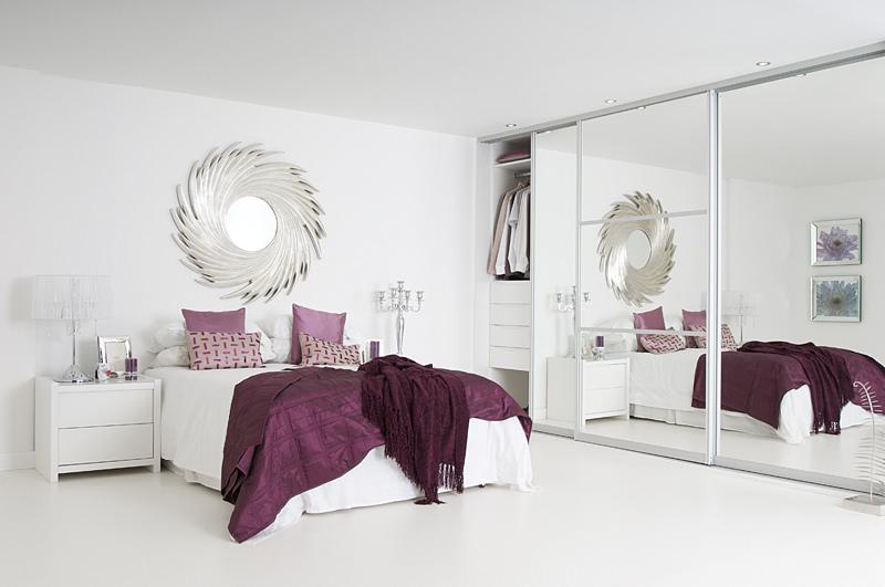 Kamar Tidur Dengan Lemari Kaca